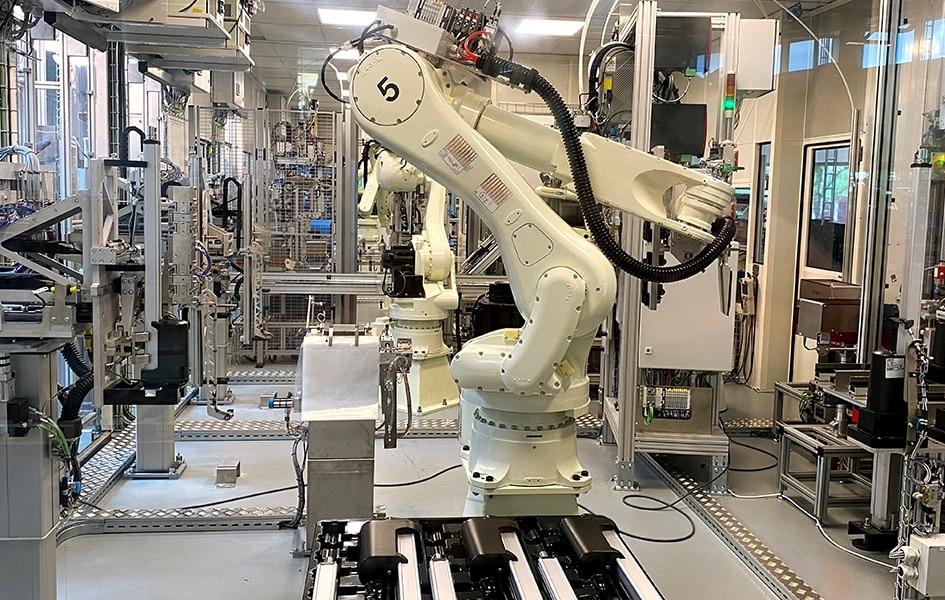 Roboter in automatisierter LA36-Fertigungszelle