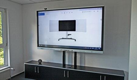 Stort, høydejusterbart display i møterom eller konferanserom. Justert med LINAK elektriske aktuatorer.