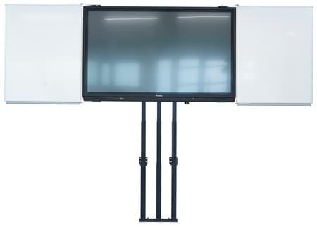 Elektrisk justerbart monitorstativ i kombinasjon med whiteboards. Produsert av Remonta - høydejustert av LINAK.