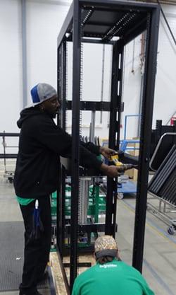 Le rack serveur est maintenu en position verticale