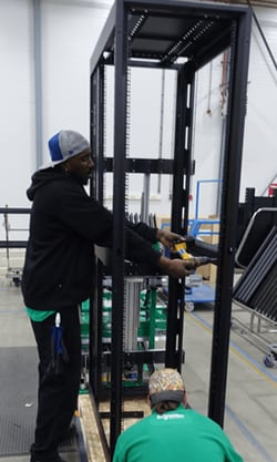 Server-Rack in aufrechter Position