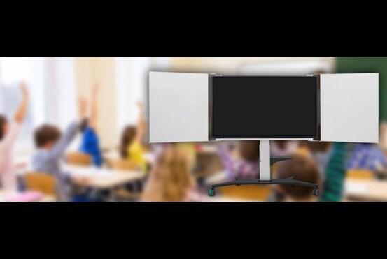 Moderne displaystander i et klasseværelse. Elektrisk højdejustering - bedre synlighed for eleverne og bedre ergonomi for læreren.