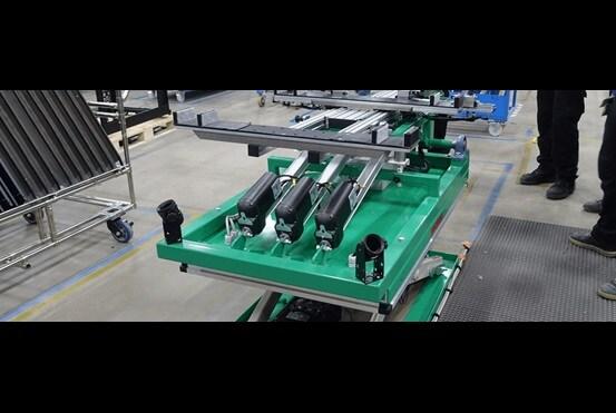 Tre aktuatorer av typen LA36 for justering og tilting av monteringsbordet