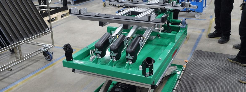 Tre attuatori LA36  per la regolazione ed inclinazione del tavolo di assemblaggio