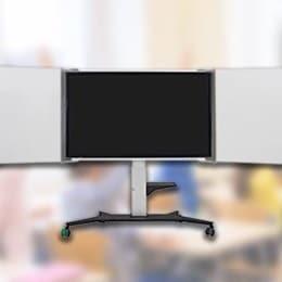 Nowoczesny stojak ekranowy w sali lekcyjnej. Elektryczna regulacja wysokości: lepsza widoczność dla uczniów – wyższy poziom ergonomii dla nauczycieli.