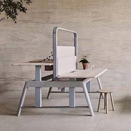 Sage oturarak/ayakta çalışılabilen masa ve çalışma tezgahı
