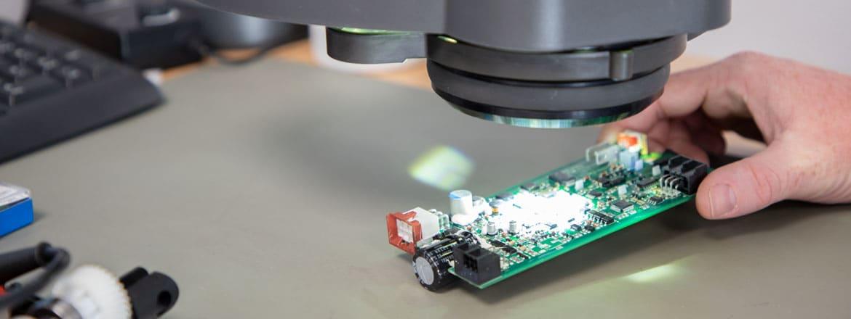 einzelne Bauteile der elektrischen Linearaktuatoren können genau untersucht werden