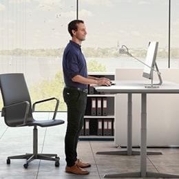 Man der står ved bord