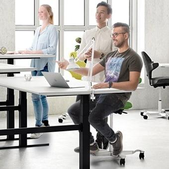 Mesas tipo bancada com colunas de elevação com controlador integrado
