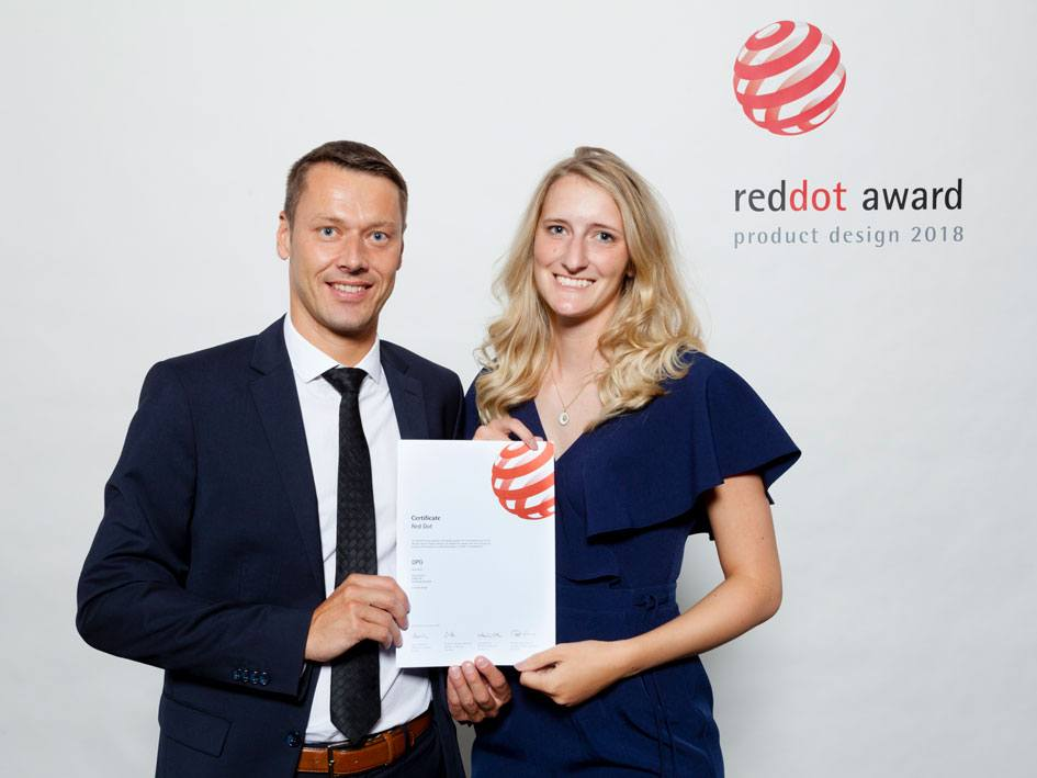 Mitarbeiter von LINAK nahmen auf der Red-Dot-Verleihung den Red Dot Design Award 2018 für das DPG1C entgegen