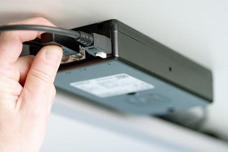 Der Desk Sensor 1 wird in die CBD6S Steuereinheit gesteckt