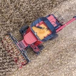 Elektrisk justering af mejetærskerens skærebordsplader maksimerer høstudbyttet