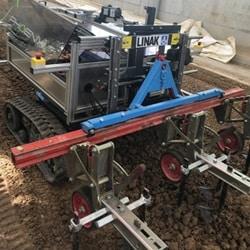 半自動除草機器人展現了未來的農業。