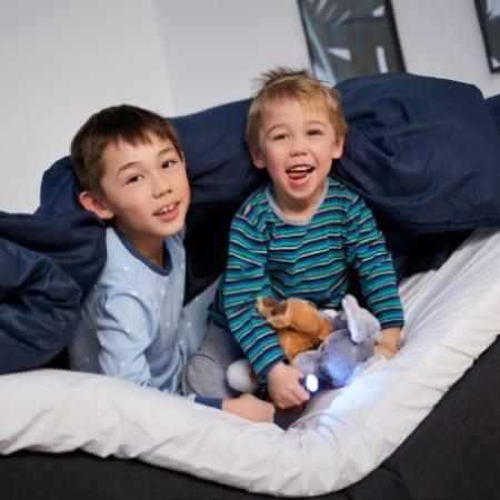 Använd barnlåset för att undvika oavsiktliga rörelser. Använd vägledningen för att låsa upp barnlåset.