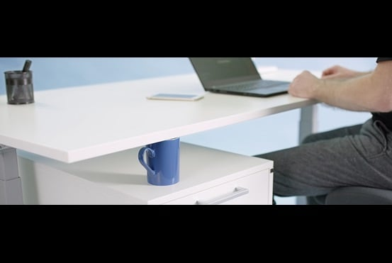 Sähkökäyttöinen säädettävä työpöytä, joka on suojattu Anti-Collision-ratkaisulla