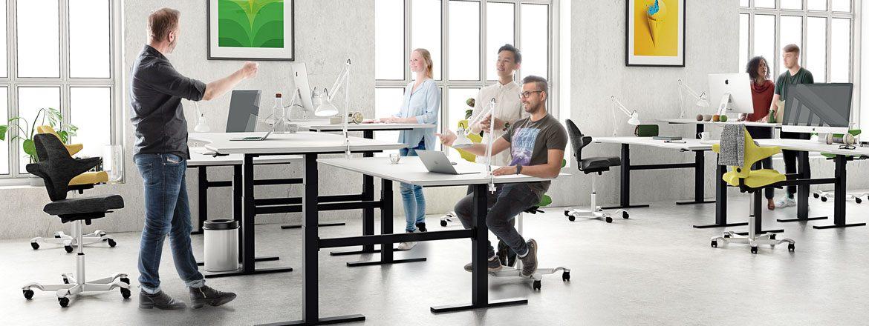 スペースの有効利用とクリーンなデザインを可能にするベンチタイプの昇降デスク