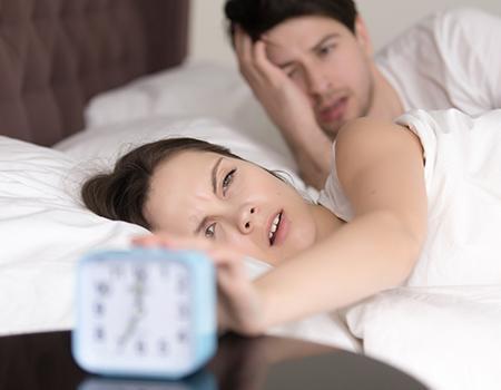 享受设有静音时钟功能的智能床