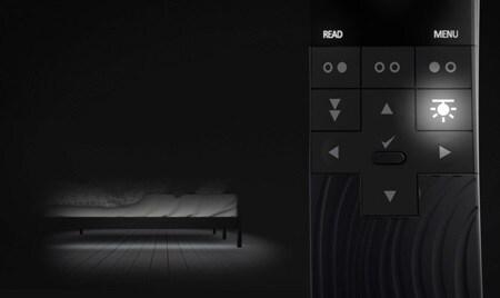 Verlichting onder het bed creëert een gedimde verlichting onder het bed om de gebruiker discreet te begeleiden zonder de partner te storen.