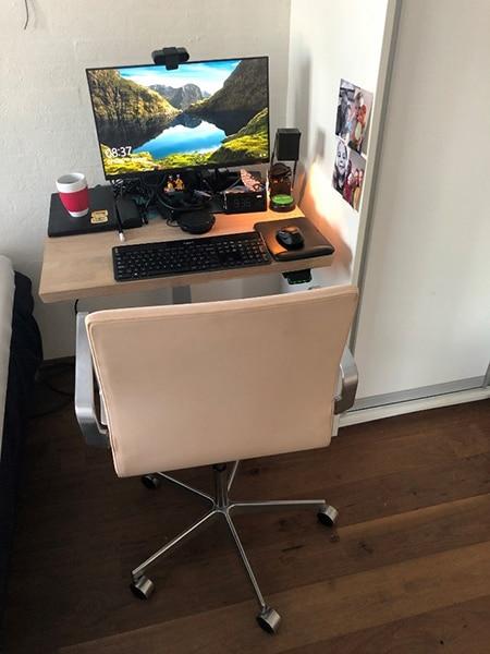 Homeoffice-Schreibtisch auf einer Säule