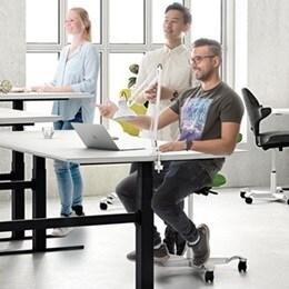 Tehokkaasti tilaa hyödyntävät ja pelkistetysti muotoillut yhdistettävien pöytien järjestelmät