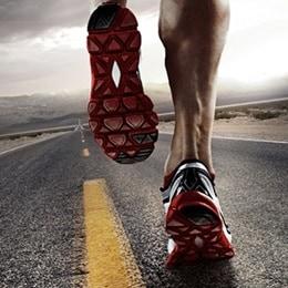 Närbild på en atlets fötter i ett långdistanslopp