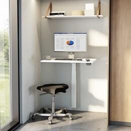 Kleiner, verstellbarer Bürotisch für begrenzte Platzverhältnisse. Bessere ergonomische Bedingungen mit einer einzelnen LINAK Hubsäule.