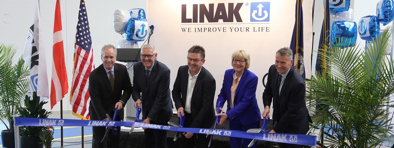 De leiders van LINAK nemen samen met burgemeester Greg Fischer van Louisville deel aan de ceremonie waarbij een lintje wordt doorgeknipt.