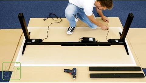 LINAK Kick & Click - オフィスデスクを簡単に組み立てる方法
